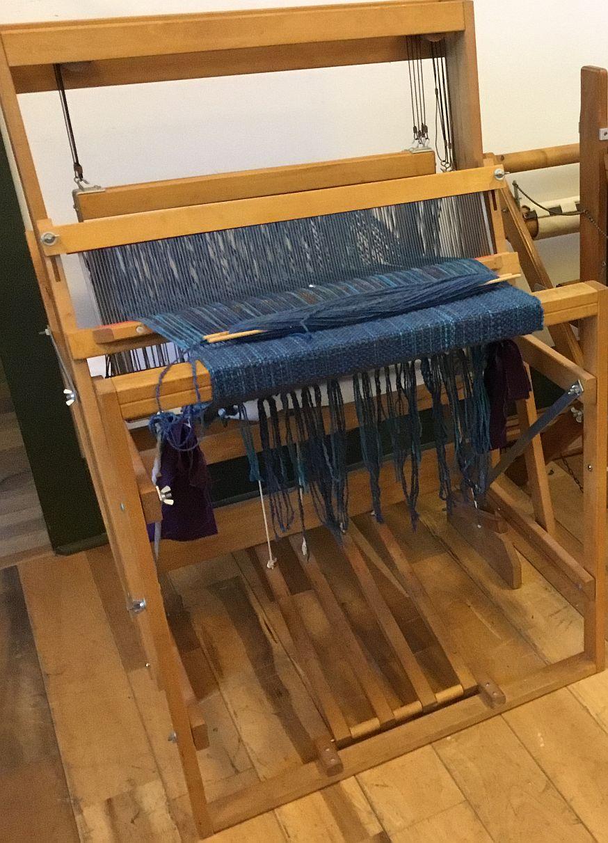 Rigid heddle loom swinging beater